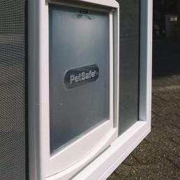 Tür mit Katzen- oder Hundeklappe